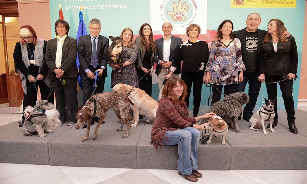 Isabel García Tejerina subraya la necesidad de sumar conciencias y compromisos a favor del cuidado y respeto de los animales de compañía