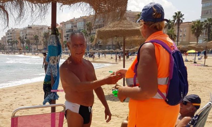 La Consejería de Medio Ambiente y Sostenibilidad continúa repartiendo ceniceros de playa